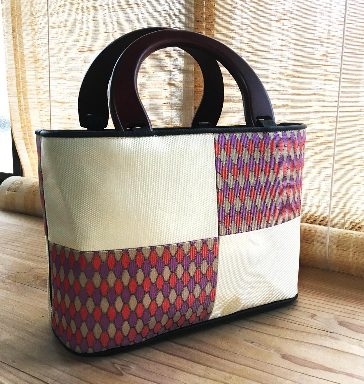 持ち手木のハンドバッグ